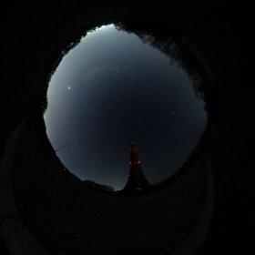 予想に反して暖かくお天気だった札幌。  晩飯後に自宅近くの野幌森林公園へ散策。 ここは北海道開拓前の原生林が広がる真っ暗闇の世界。 高い建造物は、開拓百年を記念して1970年に建てられた「北海道百年記念塔」  この時期、星空撮影をしている人もいたので、チョッと真似てみた。 明るく輝くのは札幌市中心部。  明日は雨の予想です。 #theta360