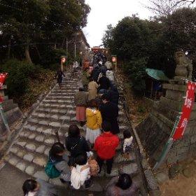 伊佐爾波神社に初詣、待ち。境内裏に車を止めて、階段を降りてまた上がる。寒さと辛さの末の、ご利益を目指して。 #theta360