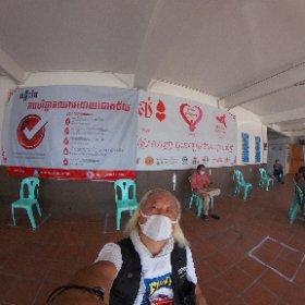 こちらの友人が吐血して倒れたとかで至急輸血が必要とか・・・ でNational Blood Transfusion Centerなう!! カンボジアでは輸血センターから血をもらって、その分ここで輸血して補充しろと!! 「前借り出来ませんか?」ダメです!!と(笑) この国で注射針打たれるのん怖い((((;゚Д゚)))))))HIVや肝炎や怖い(>_<) けどまあワシらに感染るんなら本人にももれなく感染るやろ、しゃーないなぁ〜・・・