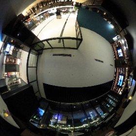 新宿のゴジラヘッドが見れるホテルのカフェに寄ってみた!以外とお客さん少ない。 #theta360