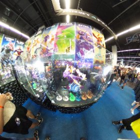 La figurine de Spyro sur le stand de First 4 Figures à la #Gamescom2019 #theta360 #theta360fr