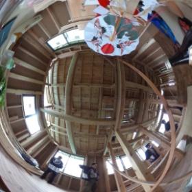 梅雨の晴れ間、今日はめでたく上棟式! 大工さん手刻み加工の木組みの家。祭壇の準備中。 本日も祝詞奏上させていただきます!