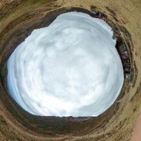 峰の茶屋跡避難小屋の全天球画像(色補正版)。時間が早かったこともありここが一番寒かった。 #theta360