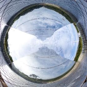 竜洋海洋公園にあるモニュメントの、表と裏の2枚の写真をなるべく違和感無く合成して、一枚の360度写真にしました。   モニュメントに挟まれています。 #theta360