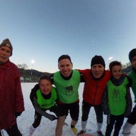 Freitag, 16.30 Uhr, -5 Grad, schneebedeckter Kickplatz, coole Jungs - Herz, was willst Du mehr? #theta360de