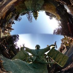 この360度写真も、島田市の大井神社で撮影しました。この2つの銅像は、大奴の像と鹿島踊の像であります。この360度写真もTHETAのタイムシフトを使って2枚の銅像の180度写真を、1枚の360度写真にまとめました。 #theta360