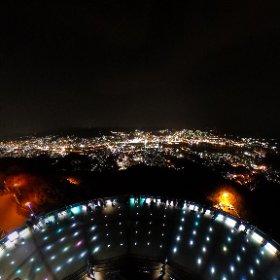 【稲佐山からの全天球夜景】 長崎県長崎市の稲佐山展望台から撮影しました。画像をクリックしてお楽しみください。稲佐山からの夜景を好きな方向でご覧頂くことができます。長崎の夜景は香港。長崎の夜景は香港、モナコと並び世界新三大夜景に選ばれています。世界新三大夜景は、平成24年1月5日、(一社)夜景観光コンベンション・ビューロー主催の「夜景サミット2012 in 長崎」において認定されました。  #theta360