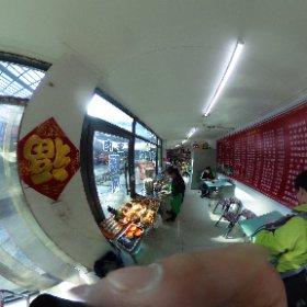 2.24朝 電車に乗る前に朝ごはんを。 肉まん(包子)を購入。 一人4つ…… #theta360