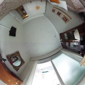 Dormitorio 1: Cama de matrimonio, escritorio, TV, Exterior a Avda/Virgen de Luján.