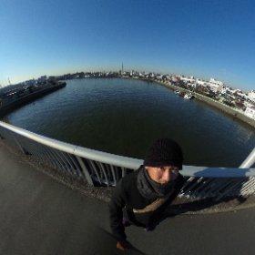 今朝は学校前の青砥橋でから全天球を撮ってみた。 青砥橋の下を流れるのは中川。その先に見えるのはスカイツリー。 #theta360