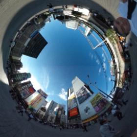新橋のSL広場にて革命的ヴィジョンを試す。東京も空は広い。