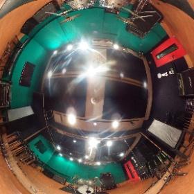 【#店舗情報】今回はE2スタジオをご紹介!16帖の広さで大人数でのリハーサルや3〜4名でもゆったりリハーサルしたい方にオススメ!壁がグリーンバックにぬっているのでクロマキー合成も出来ちゃいます! #studionoah #rehearsal #shibuya #リハスタ #music #band #渋谷 #スタジオ #chromakey #クロマキー合成 #theta360