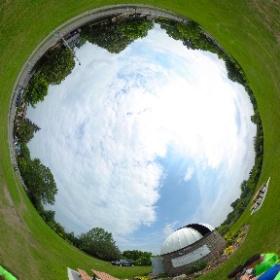 3 août 2017 - Visite des jeunes du camp de jour du Cosmodôme à l'Observatoire de Laval  Ici on démontre pourquoi le cadran solaire affiche une heure de moins que nos montres...  Réponse: nos montres sont à l'heure avancée.