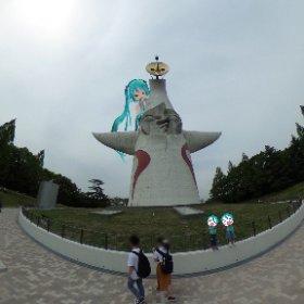 太陽の塔と初音ミクです #miku360