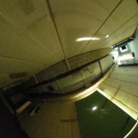 Triste Betonwände, funzeliges Licht. Eine Herausforderung für die Kamera. Hier einer der beiden Hauptflure des Bunkers.