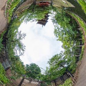 上野東照宮と上野五重塔はフェンスで隔てられてますが、元は東照宮の五重塔でシータZ。フェンスの向こうが東照宮。こっちは上野動物園なり。 #上野 #五重塔 #東照宮 #theta360