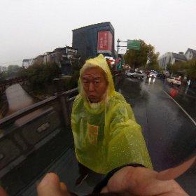 サウンドチェックが終わって一旦ホテルに帰るのだがあいにくの雨(>_<) 配られたのは傘ではなくポンチョ!! まあええけど・・・(笑)