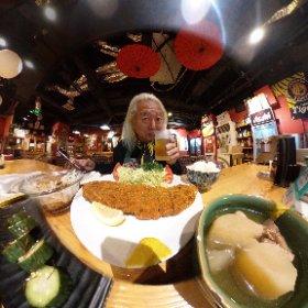 ビザの申請のため北京にとんぼ返りして、せっかくなので日本食でも食おうと・・・ 腹が減ってたので待ち合わせの2時間前に来たらこうなる(>_<) ほうれん草のお浸しとキュウリの一本漬け、オニオンスライスにおでん、ジャンボトンカツで詰んだ(>_<) もう食えん・・・