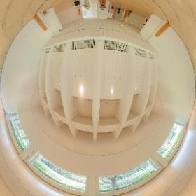 「作品のない展示室」@世田谷美術館 扇形の展示室。円をモチーフにした床や、天井の意匠がたまらん。 #世田谷美術館  #theta360