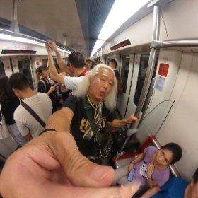 広州に着いたのだ〜香港のホテルは明日から取ってくれてるので今日は深センまで行って泊まるのだ〜香港は自腹で泊まるには高いのだ〜でも広州から深センは意外と遠かったのだ〜直通バスに乗りたかったが2時間後なのだ〜仕方ないので地下鉄なう〜ちと冒険っぽくて楽しい(笑)