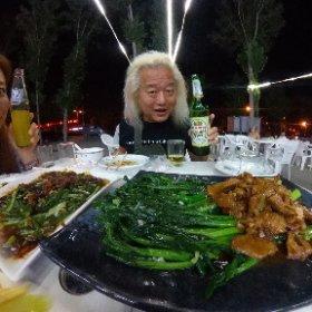 中庭を囲むようにして建つ平屋に別々の家族が暮らすという北京独特の生活様式「院子(Yuanz)」で一緒に暮ら(しているはずの)4人が久しぶりに集まってお食事。ワシもよーしーずもツアーでほとんど帰って来んからのう〜。 ちなみにみんな酒飲まんしベジタリアンもおるので健康的!! 久しぶりに豆豉鲮鱼油麦菜を食べたらこの話を思い出してしまった・・・ http://www.funkyblog.jp/2016/06/douchilingyuyoumaicai.html