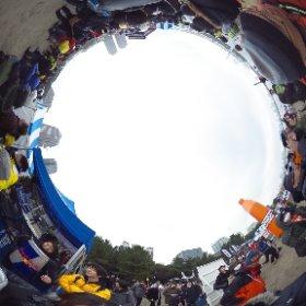 シクロクロス東京2015。レッドブルのキャンペーンガールズの皆さんです。レッドブルごちそうさまです。そういえばモトクロス世界チャンピオンのハインツ・キニガードナーは90年頃にはレッドブルにスポンサードされていたな。 #theta360