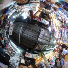 チャトチャックのうウィークエンドマーケット。迷路のような巨大アーケードを探索。