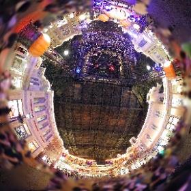 2017「ディズニー・ハロウィーン」が開催中のディズニーランド、ワールドバザールの様子。これまでとは違うデコレーション&イルミネーションと音楽が素敵です。 #TDR全天球画像