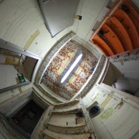 Der eigentliche Eingang zum Bunker: Drei Meter dicke Wände und  gasdichte Druckwellensicherungstüren versiegeln den Betonsarg hermetisch. Nächste Staion wäre der Dekontaminationsraum.
