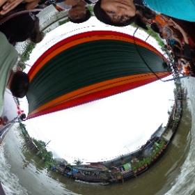 タリンチャン水上マーケットから出発するボートツアー。水上の住宅街を観光できる。