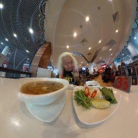 プノンペン空港なう〜 これ食ったら上海へ飛びます〜