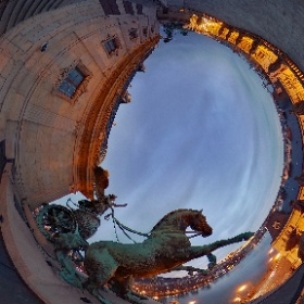 Národní divadlo, Praha. Na střeše stojí už 105 let pozoruhodné sochy. Říká se jim trigy. Jde o dvě trojspřeží, které ovládá bohyně Viktorie. Foto: PetrSalek.com     ARTmagazin.eu #theta360