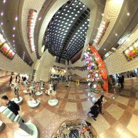 60 feet bamboo frame Flower Plaque at HK Cultural Centre 進念.二十面體「天天向上」以花炮、花牌為題,衝破傳統的形式,由三十呎高的花炮以及各種形式的花牌組成,融入「天天向上」原創人榮念曾創作的「天天」塑像 #theta360
