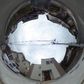 松山市の賃貸一戸建て、ラフィネ西長戸の敷地北側 駐車場と玄関