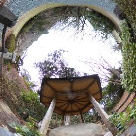 この360度写真は、国道1号線の小夜の中山トンネル近くの公園にある本当の「夜泣き石」であります。元々は久延寺にあったのですが、東京に持ち出した後久延寺に戻すのが困難になりやむなくここに設置したそうです。 #theta360