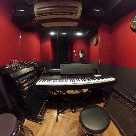 【#スタジオ紹介】 3畳のVo.bです!当店で唯一4ヶ月先まで個人練予約可能で電子ピアノが常設とお得なお部屋となっておりますのでボーカルやギターの練習に是非ご利用ください!