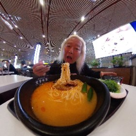 二日酔いでアモイへ〜 北京空港第3ターミナルの国内線D搭乗口の方は何も食うものがないがC搭乗口の方は選択肢が多い!! 味千ラーメンを横目で見ながら家有好麺の辛いの食ってシャキッとするあるよ!!