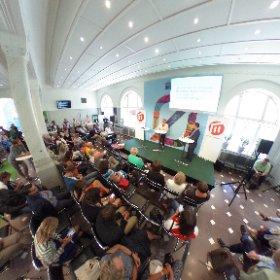 """#oresundshuset in action! #malmouniversity drar folk med """"Är universitet och högskolor för traditionella?"""" #socialvideo #Almedalen"""