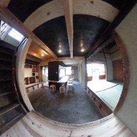 玄関から土間続きで奥まで入ることができて、キッチンカウンターと座敷側の繋がり感があっていいですね。