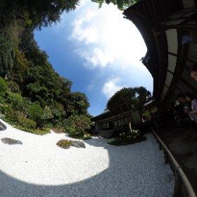 鎌倉の報国寺 竹の庭 の手前の石庭