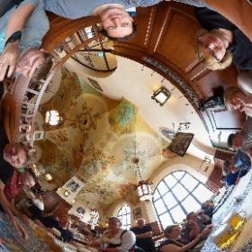 Весёлая компания в ресторане Hofbräuhaus в городе Мюнхен, Германия :) #theta360