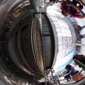 工事中の下北沢駅舎2階から1階中央改札への階段(2018年11月3日撮影)