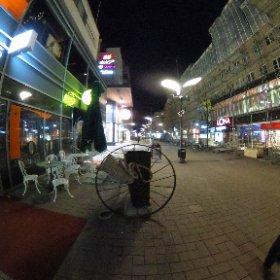 Joensuun kävelykatu lauantai iltana klo 22.30 ja ei ketään missään.  #theta360