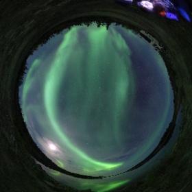 湖に反射するオーロラ。 #theta360