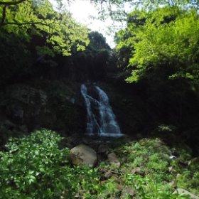 これは霧合の滝。歌仙の滝から徒歩10分ほどのところにある滝。ちゃんと舗装してある遊歩道なので、移動も楽々。 #theta360