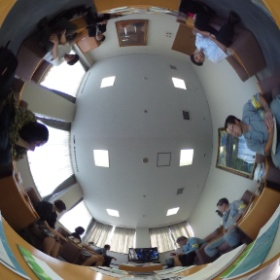 王子製紙苫小牧工場、ビデオでレクチャー中。