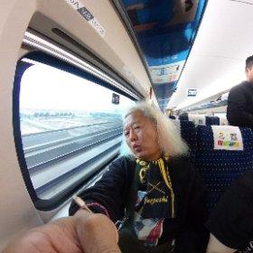 内陸の南昌から沿岸部の温州まで高速鉄道4時間の移動で乗り打ちライブ〜 8時に集合してメシ食って出発と言われてたのに誰も降りて来んし(>_<) 結局みんなドタバタと駅でマクド買って列車で朝メシ〜 まあええんですけどね、パソコン開いて4時間アレンジ仕事でもしますか・・・