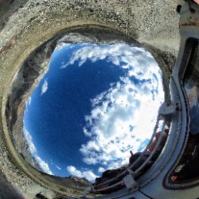 W jedną stronę w chmurach, w powrotną w pełnym słońcu wzdłuż głównej grani Himalajów. Za każdym razem 12 godzin jazdy. Zobaczcie fragment filmu w 360 stopniach #podroze #goforworld #theta360