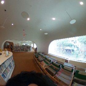 武蔵野プレイス。壁と天井がヌルっとした、台中とも似た体験だけど、交差するアーチの繰り返しは多摩美図書館ぽい。 #theta360