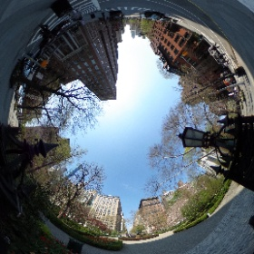 Stopped to peer into Gramercy Park in New York City today. This is one of last private parks in NYC (you must have a key to enter - and own property nearby).  #theta360